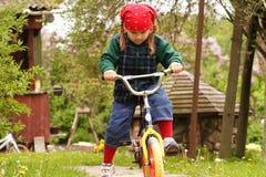 自行车推进女孩了解 免版税库存照片