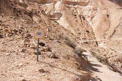 自行车旅行在沙漠 免版税库存照片