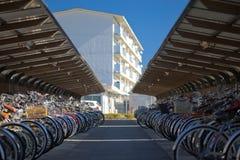 自行车日本批次停车 库存图片