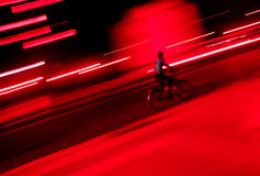自行车晚上骑马 免版税库存图片
