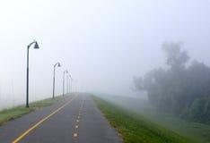 自行车有雾的路径 库存照片