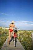 自行车木板走道妇女 免版税库存图片