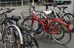自行车机架在城市 免版税库存图片