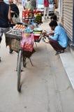 自行车果子商店或蔬菜水果商在街道上在Thamel市场上 免版税图库摄影