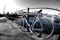 自行车沿河放弃了 免版税库存照片