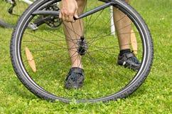 自行车泄了气的轮胎 免版税库存图片