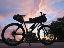 自行车游览和自行车包装的登山车 免版税图库摄影