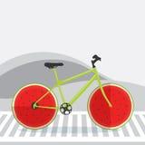 自行车用作为轮子的西瓜在街道上 免版税库存图片