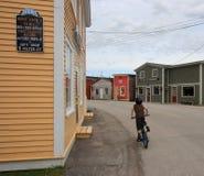 自行车男孩骑马街道村庄 免版税库存照片