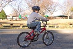 自行车男孩骑马 免版税图库摄影