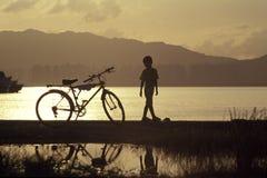 自行车男孩 免版税库存图片