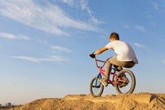 自行车的一个少年 库存照片