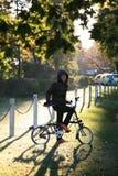 自行车的亚裔妇女 图库摄影