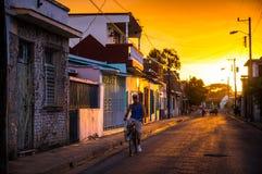自行车的人在古巴街道 免版税库存图片