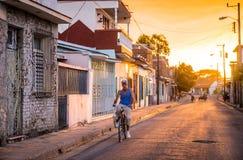 自行车的人在古巴街道 免版税图库摄影