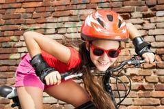 自行车的十几岁的女孩 库存图片
