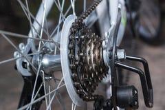 自行车的后轮细节视图有链子&扣练齿轮的 免版税库存照片