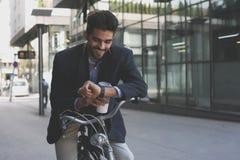 自行车的商人检查时间的 库存照片