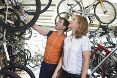 自行车的夫妇购物 免版税库存图片