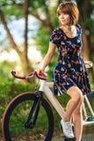 自行车的女孩 图库摄影
