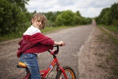 自行车的女孩 免版税库存图片