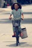 自行车的妇女在会安市 免版税库存照片