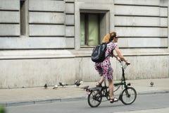 自行车的妇女在街道 免版税库存图片