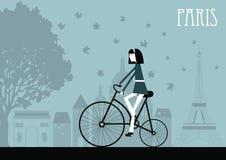 自行车的妇女在巴黎。 免版税库存图片