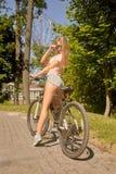 自行车的妇女 库存图片