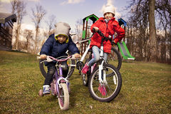自行车的孩子在秋天 免版税库存图片