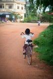自行车的小女孩在亚洲 图库摄影