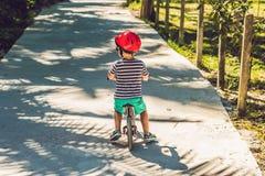 自行车的小男孩 捉住在行动,在被弄脏的车道行动 在自行车的学龄前儿童` s第一天 移动喜悦  免版税库存照片