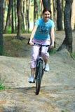 自行车的少妇 库存图片