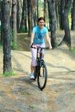自行车的少妇 免版税库存照片