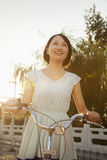 自行车的少妇 库存照片