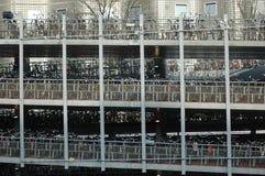 自行车的巨大的停车处在阿姆斯特丹 免版税库存图片