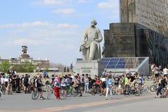 自行车的年轻人在对齐奥尔科夫斯基的纪念碑附近在莫斯科 库存照片