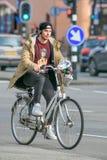 自行车的快乐的人,提耳堡大学,荷兰 免版税库存照片