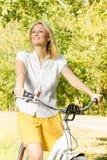 自行车的愉快的少妇 免版税库存照片