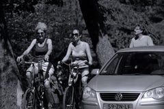 自行车的游人在阿尔斯梅尔,荷兰 图库摄影