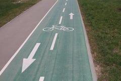 自行车的热忱的路 有在路的箭头 图库摄影