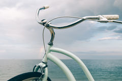 自行车的特写镜头反对海的 免版税库存照片