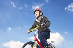 自行车的男孩反对天空 图库摄影