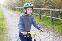 自行车的男孩在秋天公园 库存图片