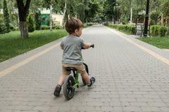 自行车的男孩 图库摄影