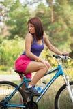 自行车的秀丽女孩在夏日。户外 免版税库存照片