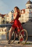 自行车的豪华妇女 免版税图库摄影