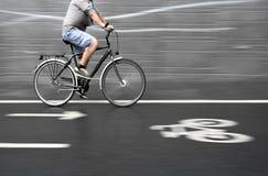 黑自行车的骑自行车者 免版税库存图片
