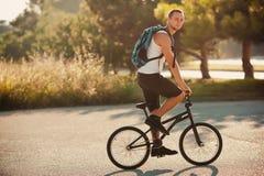 自行车的年轻人 图库摄影