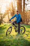 自行车的年轻人 免版税图库摄影